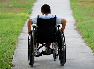 Projeto garante cadeiras de rodas a crianças e adolescentes com deficiência