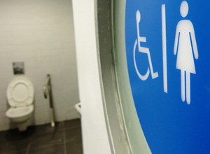 Trabalhadora que não podia usar livremente o banheiro no serviço é indenizada