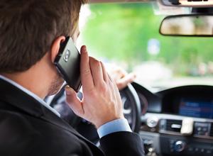 A punição para o motorista que for flagrado manuseando o celular passará a ser gravíssima