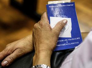 Relator muda idade mínima e regra de transição para mulher se aposentar