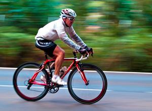 Município é penalizado por lesões a ciclistas após queda em buraco sem sinalização