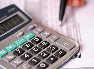 É possível a compensação de ofício quando o débito não possui natureza tributária
