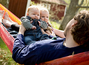 Pai de gêmeos consegue licença-paternidade de 180 dias