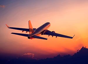 Companhia aérea indenizará casal por atraso de voo