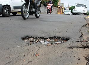 Mantida indenização de R$ 3 mil a homem que se machucou em buraco na via pública