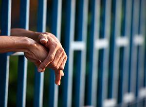 Regime prisional cabível ao devedor de pensão alimentícia é o fechado