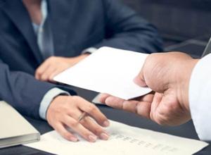 Desligamento de bancária com quase 30 anos de serviço é considerado discriminatório
