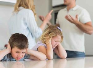 Cotidiano de discussões e brigas retira duas crianças do poder familiar negligente