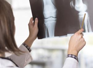 Médica que concedeu alta prematura a paciente pagará indenização