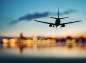Empresa de viagens é condenada a indenizar consumidores após antecipação de voo