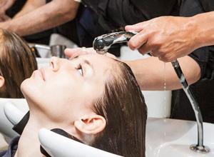 Salão deve pagar tratamento a cliente que sofreu danos no cabelo após procedimento