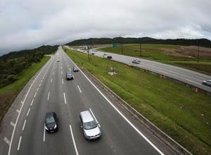 DNIT deve indenizar motorista e passageiro acidentados em rodovia