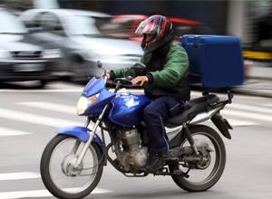 Motoboy de pizzaria vai receber pagamento em dobro por não tirar folga aos domingos