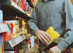 Supermercado deve indenizar cliente por falsa acusação de furto e revista vexatória