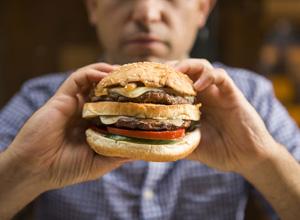 Empresa de fast food indenizará cliente agredido por funcionário