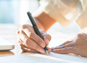 Empresa terá de indenizar empregada obrigada a assinar documento em branco