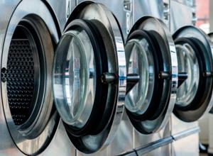 Cliente que teve vestido descolorido será indenizada por lavanderia