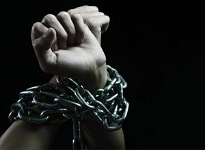 """Empregada de SP que foi """"acorrentada"""" dentro da empresa será indenizada"""