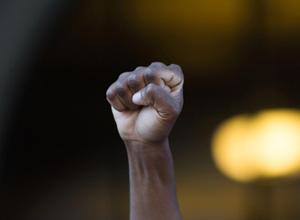 Limpador de vidros é indenizado em R$ 17.600 por conduta racista da empresa