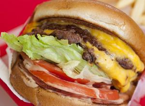 Empregada obrigada a comer fast-food como refeição durante o trabalho será indenizada