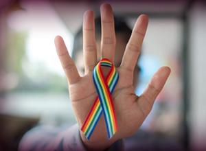 Juíza garante indenização a trabalhador que sofreu assédio por homofobia no trabalho